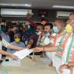 રાજકોટ શહેર કોંગ્રેસ આગેવાનેએ કચેરી બહાર બીલ ની હોળી કરી આવેદનપત્ર પાઠવ્યુ